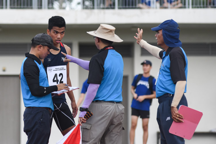 Hairul Syamil (#42, Nanyang Polytechnic) speaking to the umpires at his 1.96m first attempt which he ended up not taking.(Photo 1 © Stefanus Ian/Red Sports)