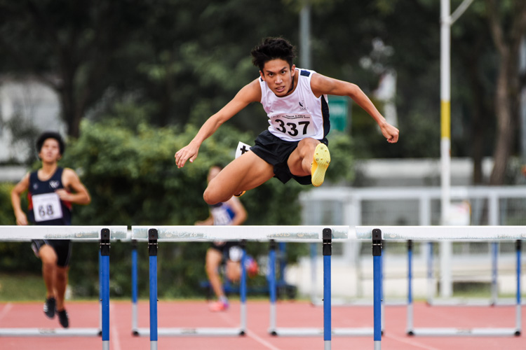 Ow Yeong Wei Bin (#337) of SMU destroyed the competition in the Men's 400m Hurdles timed finals, clocking 54.28 seconds to set a new IVP championship record. (Photo 1 © Iman Hashim/Red Sports)