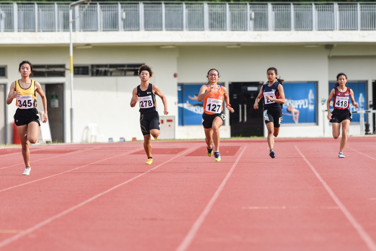 Katherine Carino (#345) of Singapore Polytechnic came in second in the Women's 400m final with a time of 1:05.19, while Kang Pei Ling (#278) of SIM finished third in 1:05.22. (Photo 1 © Iman Hashim/Red Sports)