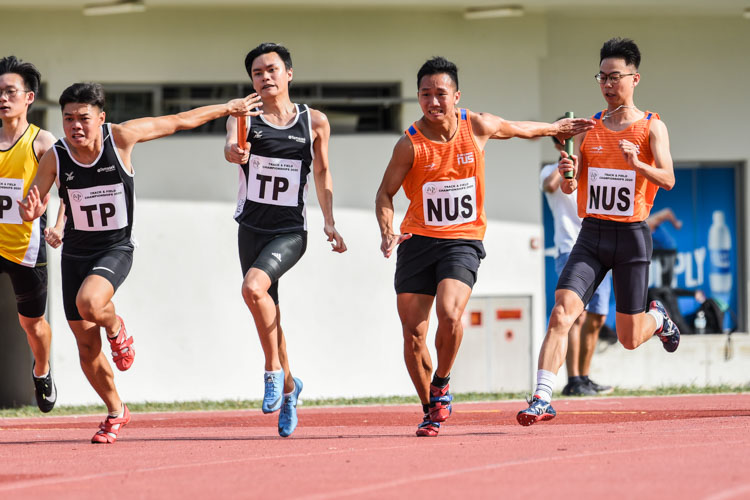 Raymond Scott Lee passes the baton to Sing Hui for NUS (in orange) while Dylan Mah hands over to Lee Choon Loong for TP (in black) between the first and second legs of the Men's 4x100m Relay final. (Photo 1 © Iman Hashim/Red Sports)