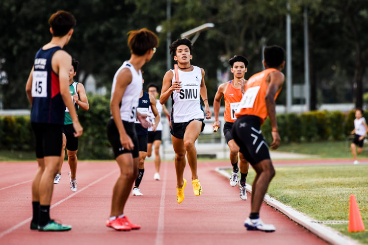 IVP 400m Hurdles record breaker Ow Yeong Wei Bin brings SMU into the lead on the second leg in the Men's 4x400m Relay first timed final. (Photo 1 © Iman Hashim/Red Sports)