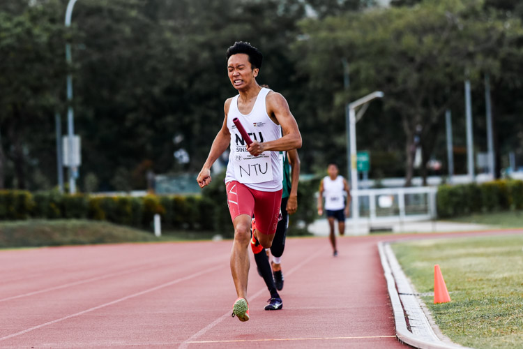 Ng Ding Xuan anchors NTU to the silver in the Men's 4x400m Relay timed finals with a time of 3:34.29. (Photo 1 © Iman Hashim/Red Sports)