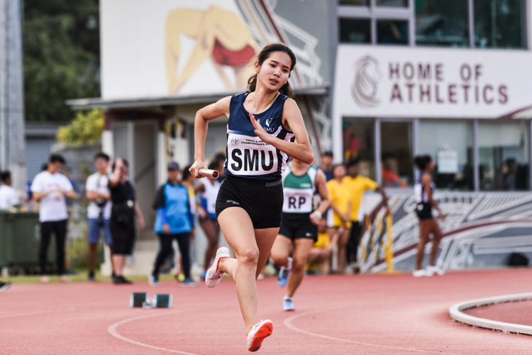 Seet Xiu Li starts the first leg for SMU in the Women's 4x400m Relay second timed final. (Photo 1 © Iman Hashim/Red Sports)