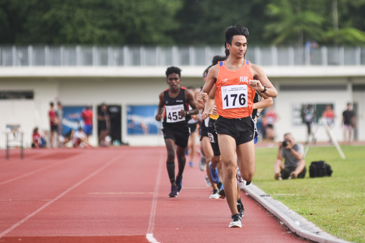Shohib Marican (#176) of NUS pulled off a 65-second final lap to grab victory in the Men's 5000m, clinching his first IVP gold medal with a time of 16:47.25. (Photo 1 © Iman Hashim/Red Sports)