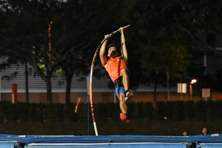 Chan Sheng Yao of NUS won the men's pole vault with a best clearance of 4.20m. (Photo 1 © Iman Hashim/Red Sports)