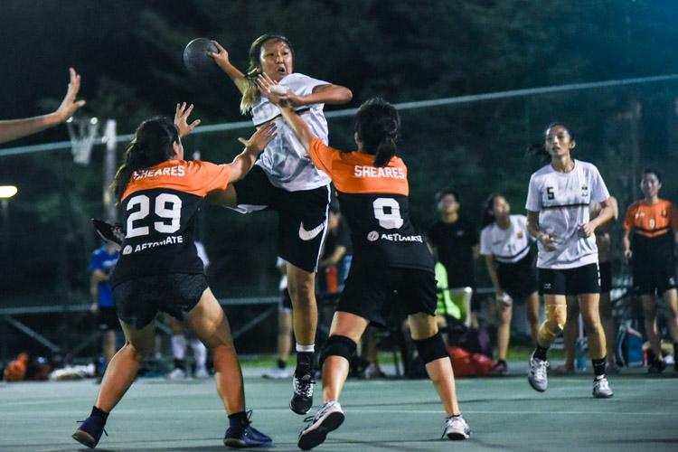 Gladys Leng (TH #9) tries to shoot at goal. (Photo 1 © Iman Hashim/Red Sports)