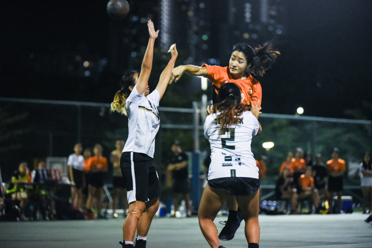 Kristerbel Pang (SH #29) attempts an overhand throw at goal. (Photo 1 © Iman Hashim/Red Sports)