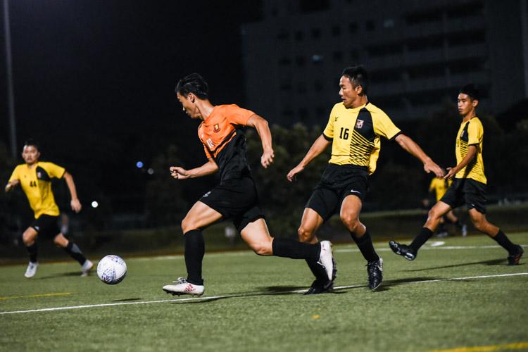 Jonathan Lim (SH #10) dribbles past Amos Cheah (EH #16). (Photo 1 © Iman Hashim/Red Sports)