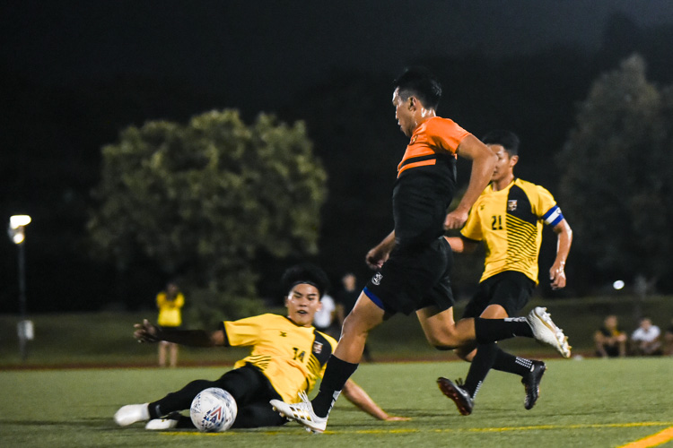 Kenneth Chua (SH #4) tries to evade a late tackle. (Photo 1 © Iman Hashim/Red Sports)