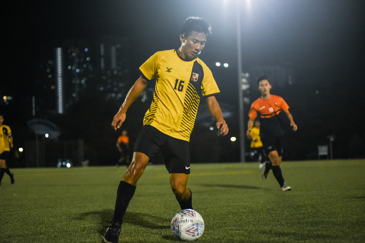 Amos Cheah (EH #16) controls the ball. (Photo 1 © Iman Hashim/Red Sports)