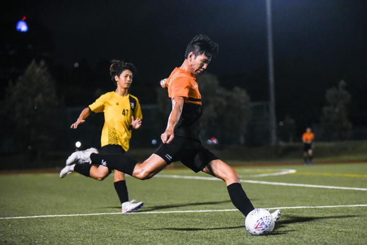 Samuel Kong (SH #5) makes a clearance. (Photo 1 © Iman Hashim/Red Sports)