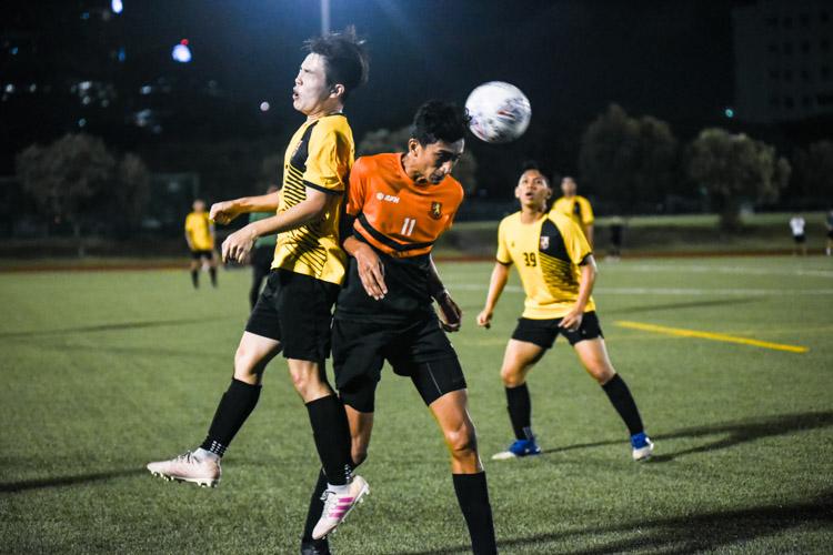 Muhammad Hakim (SH #11) and Tan Hong Sheng (EH #24) fight for a high ball. (Photo 1 © Iman Hashim/Red Sports)