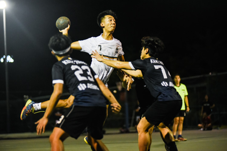 Teo Kee Chong (TH #7) lifts off the ground for a shot. (Photo 1 © Iman Hashim/Red Sports)