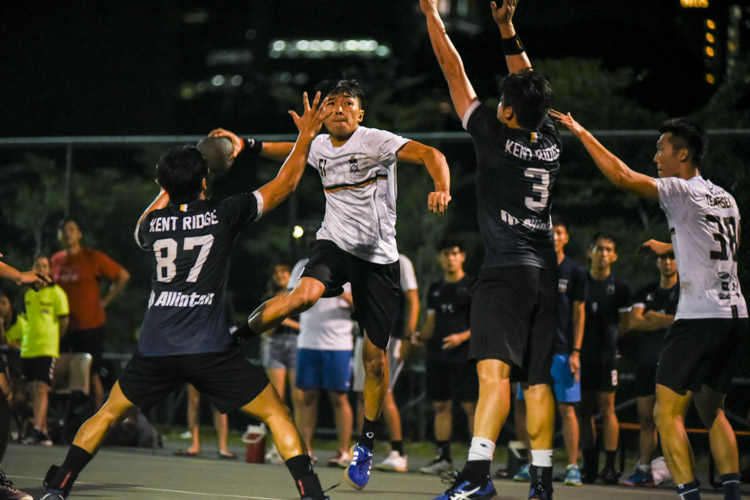 Tomoyuki Ban (TH #51) shoots to reduce Temasek's deficit to one at 30-31 with only seconds left in the game. (Photo 1 © Iman Hashim/Red Sports)