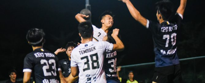 Teo Kee Chong (TH #7) scores the solitary goal in overtime to clinch the championship for Temasek Hall. (Photo 1 © Iman Hashim/Red Sports)