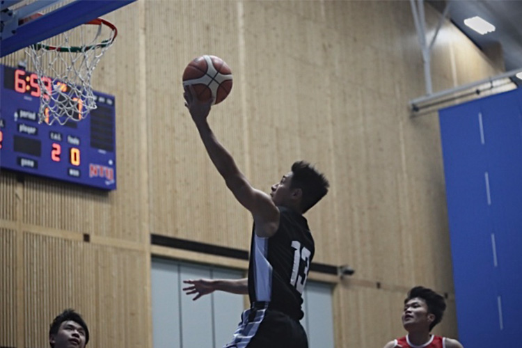 Cheng Rong Hao (Hall2 #13) drives past the defense for a lay-up. (Photo 2 © REDintern Ashley Lu)